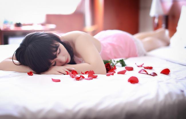 Vrouw gaat vreemd in hotelkamer